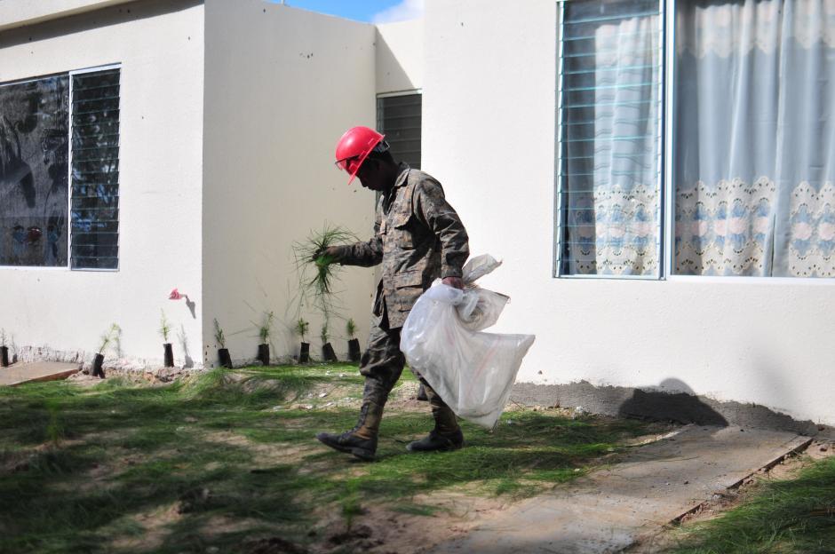 Militares se esmeran porque la casa modelo luzca lo mejor posible para la entrega simbólica (Foto: Alejandro Balán/soy502)