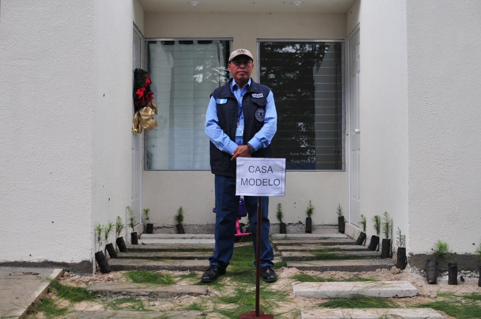 Agentes de SAAS reguardan la casa modelo la cual fue visitada por el Presidente de la republica (Foto: Alejandro Balán/soy502)