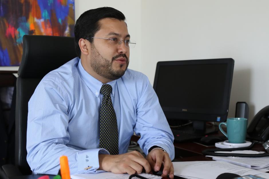 Carlos Velásquez, director de la DGAC, explica que la denuncia fue puesta a finales de agosto contra dos personas. (Foto: Alejandro Balán/Soy502)