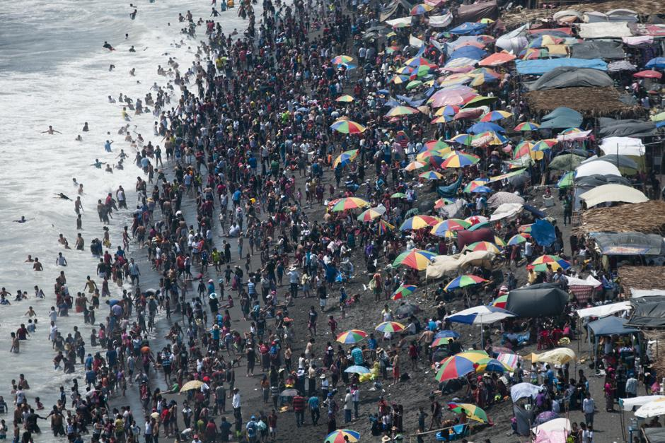 Miles de Guatemaltecos visitan la costa sur. (Alejandro Balán /Soy502)