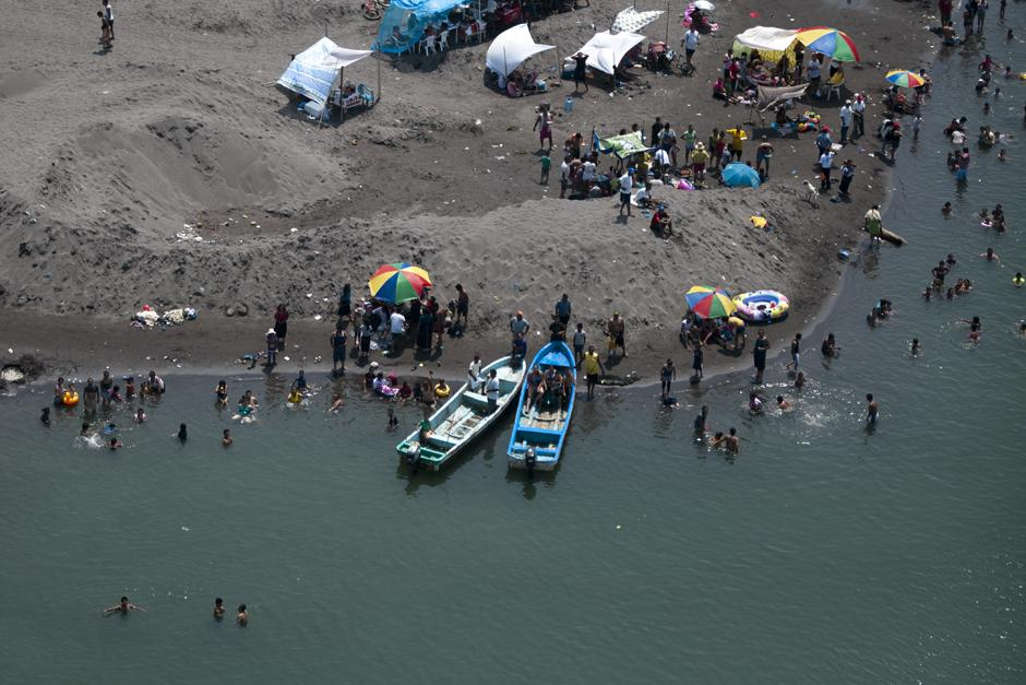 Visitantes de las Playas se refrescan en el litoral sur de Guatemala. (Alejandro Balán /Soy502)
