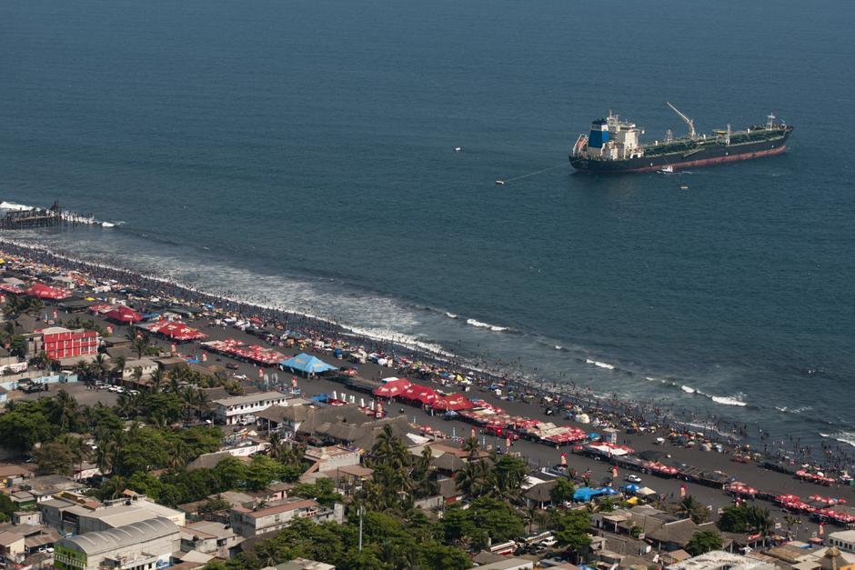 Mar adentro se observa una enorme embarcación en puerto de San José. (Alejandro Balán /Soy502)