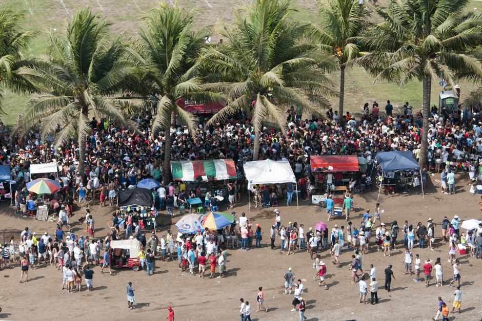 Cientos de personas esperan poder ingresar a conciertos y actividades organizadas en la costa sur. (Alejandro Balán /Soy502)
