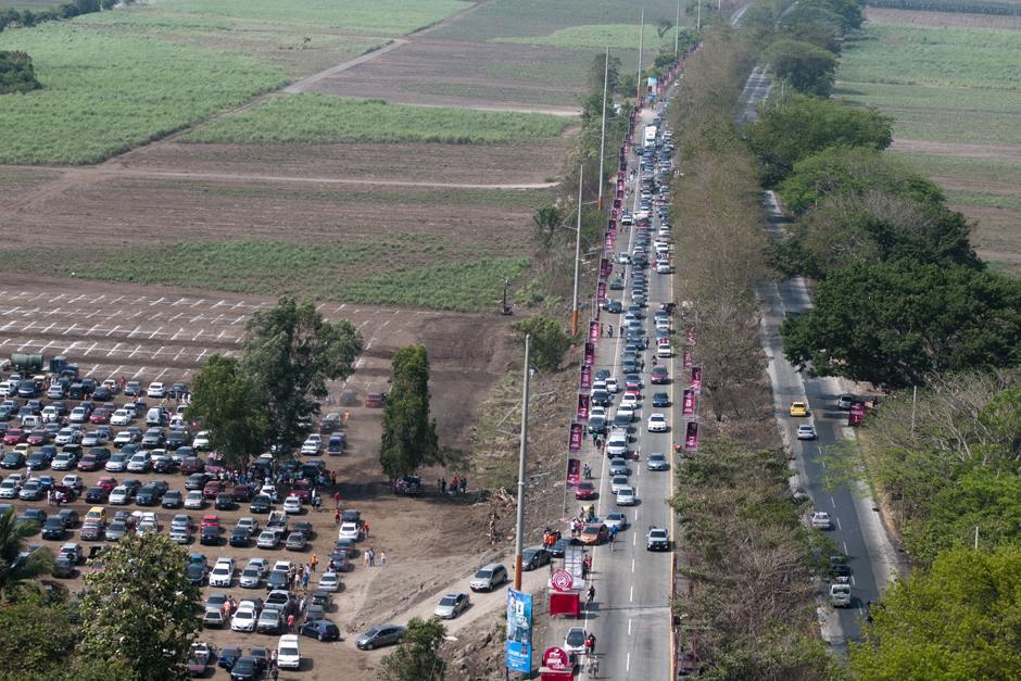 Mas de 2kms de tráfico pesado por ingreso a actividades en Puerto de San José. (Alejandro Balán /Soy502)