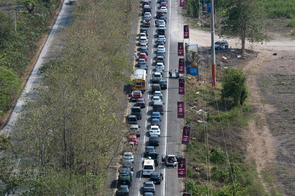 Otra vista del tráfico pesado en la costa sur. (Alejandro Balán /Soy502)