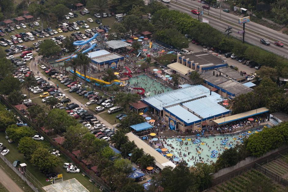 Vista aérea de los balnearios en Amatitlán. (Alejandro Balán /Soy502)