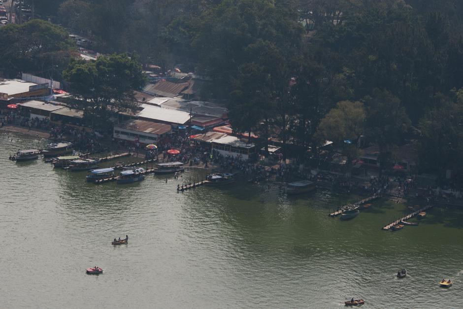 Muchas otras personas visitaron la orilla del lago de Amatitlán. (Alejandro Balán /Soy502)