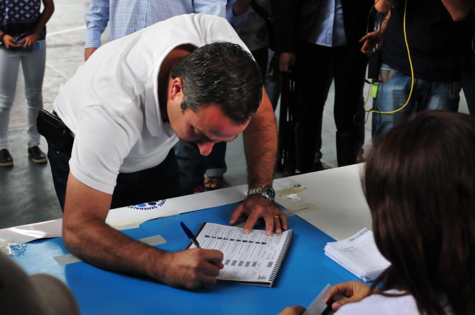 Mario Leal, vicepresidenciable de la UNE, firma el padrón electoral tras emitir su voto. (Foto: Alejandro Balan/ Soy502)