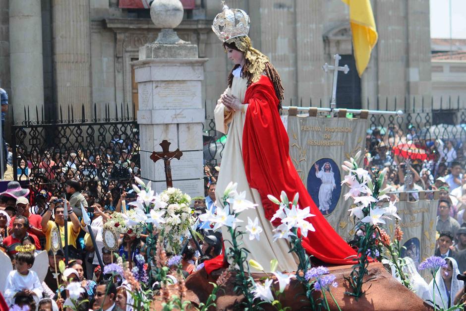 Imagen de la Virgen Maria se encuentra con la imagen de Cristo Resucitado frente a Catedral. (Foto: Alejandro Balán /Soy502)
