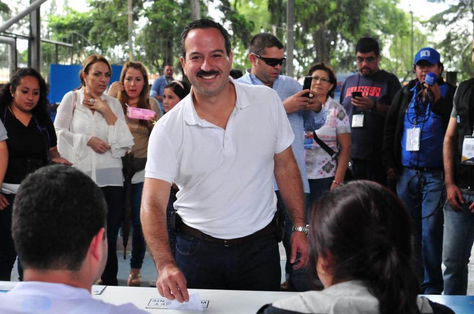 Mario Leal, candidato a la Vicepresidencia de la UNE, también votó en el Club Los Arcos, pero horas después de su contrincante de FCN. (Foto: Alejandro Balam/Soy502)