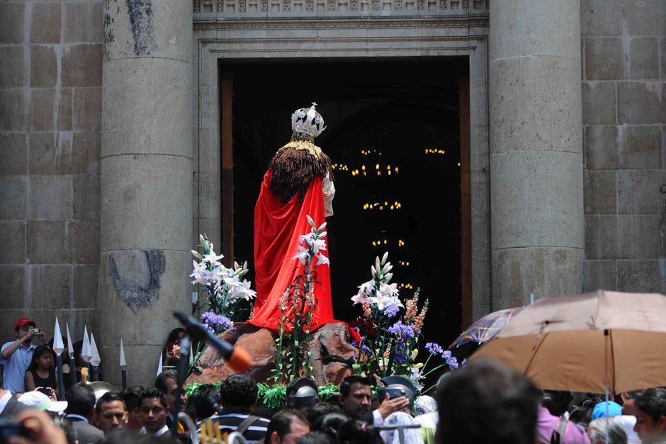 Imagen de la Virgen hace su ingreso a catedral. (Foto: Alejandro Balán /Soy502)
