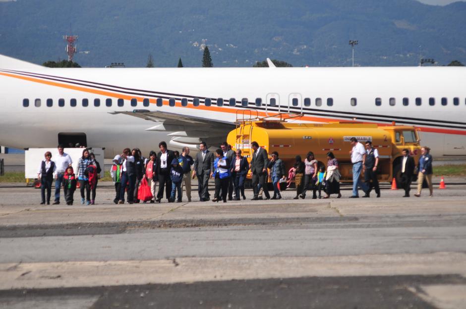 Pasado de las 11 de la mañana, hizo su llegada uno de los aviones provenientes de Estados Unidos, con familias de migrantes. (Foto: Alejandro Balán/Soy502)