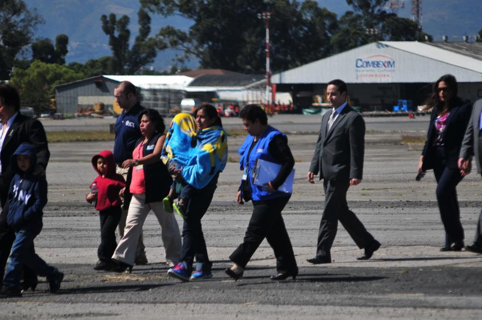 Hombres, mujeres y niños de todas las edades son traídos de regreso a Guatemala. (Foto: Alejandro Balán/Soy502)