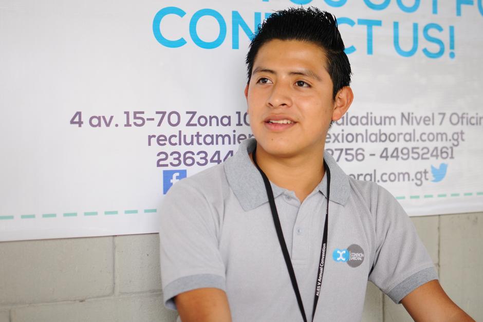 Yefri Ramos llega todos los días a la fuerza aérea en busca de deportados. (Foto: Alejandro Balán/Soy502)