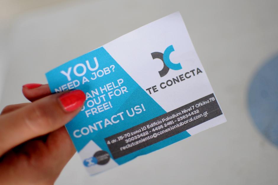 Estos son las tarjetas con el contacto que entregan a los deportados al bajar del avión. (Foto: Alejandro Balán/Soy502)