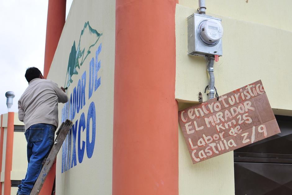 Ultiman detalles en el letrero principal de El Mirador. (Foto: Alejandro Balán/Soy502)