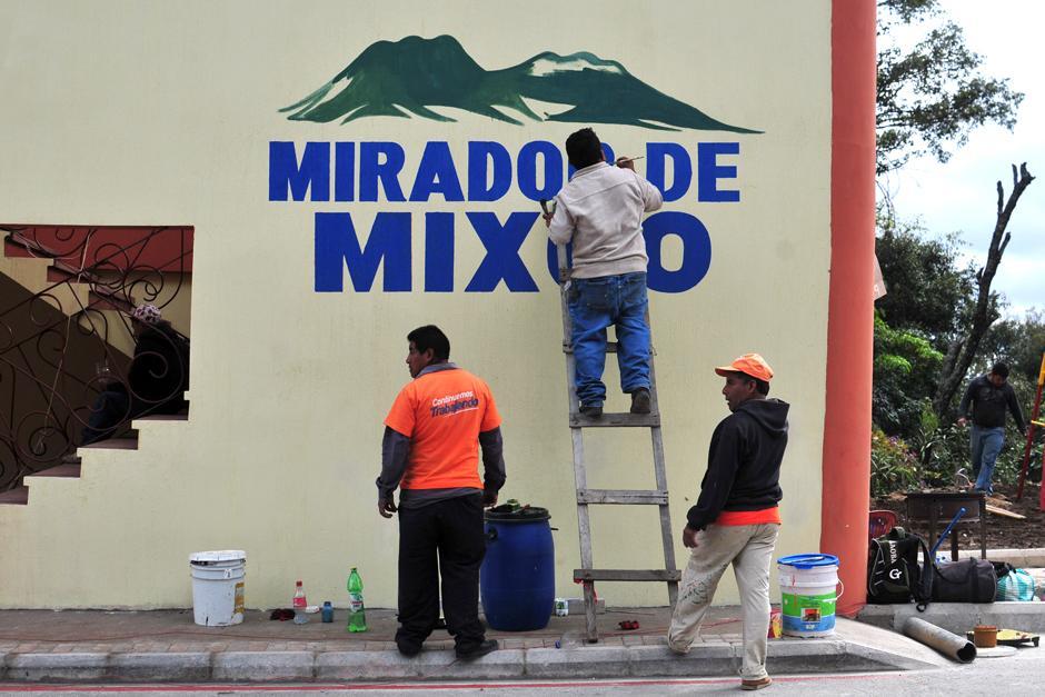 Personal de la Municipalidad de Mixco ultima detalles de pintura, grama y limpieza. (Foto: Alejandro Balán/Soy502)