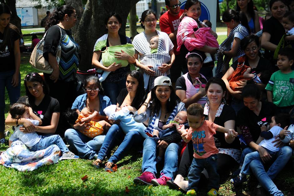 Madres de familia posan para fotografía y así promover la libre lactancia materna. (Foto: Alejandro Balán/Soy502)