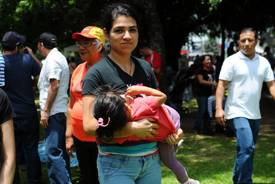 Madres jóvenes apoyan la actividad de libre lactancia realizada en pasos y pedales. (Foto: Alejandro Balán/Soy502)