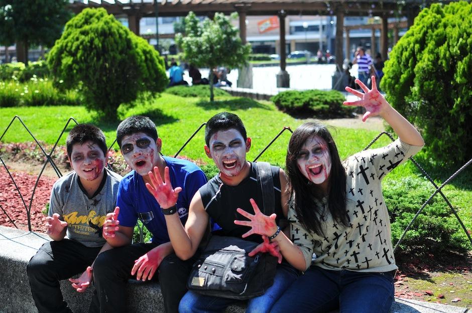 Los zombies han tomado el parque Enrique Gómez Carrillo, en la zona 1 por una buena causa: Ayudar a Guate Unida por los Animales. (Foto: Alejandro Balam/Soy502)