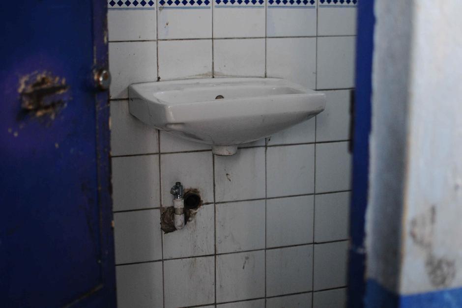 En el centro de salud de zona 3 los lavamanos no funcionan. (Foto Alejandro Balán /Soy502)