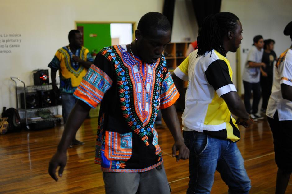 Durante el taller los jóvenes aprendieron movimientos de hip hop. (Foto: Alejandro Balán/Soy502)