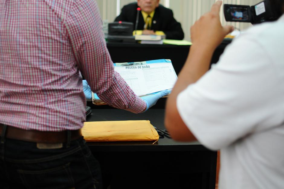Los documentos por su antigüedad necesitan un tratamiento especial. (Foto: Alejandro Balán/Soy502)