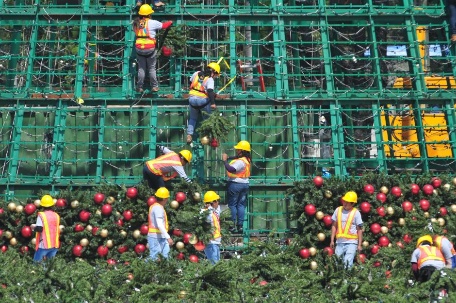 Decenas de trabajadores apresuran el ritmo de trabajo para el montaje del árbol (Foto: Alejandro Balán/Soy502)