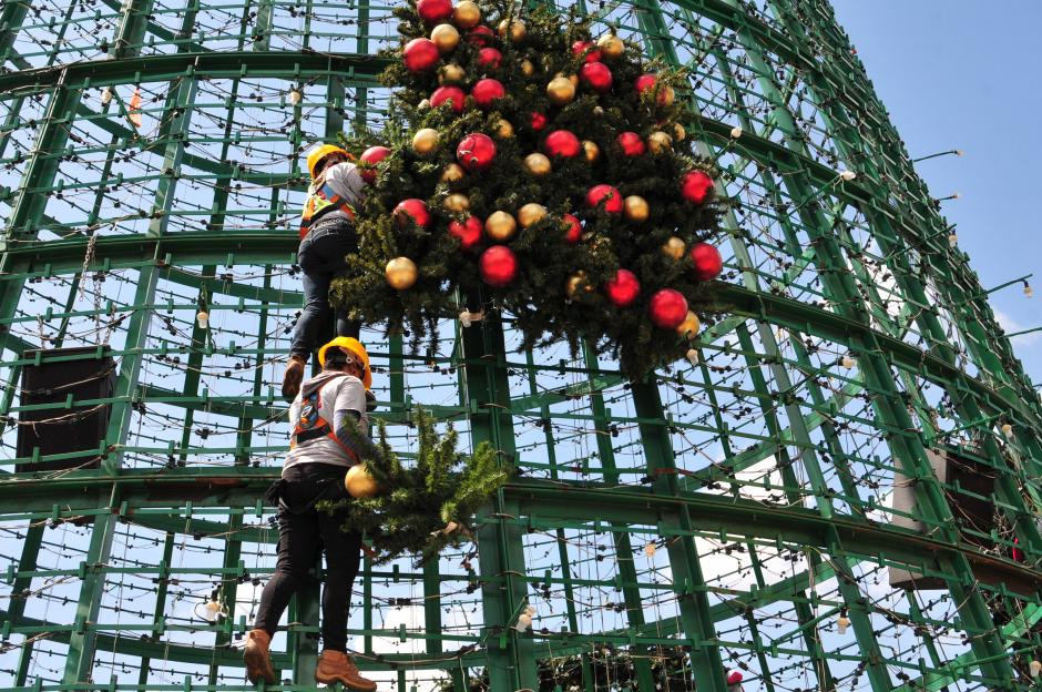 El trabajo en equipo es fundamental para llevar a cabo el montaje del árbol Gallo (Foto: Alejandro Balán/Soy502)
