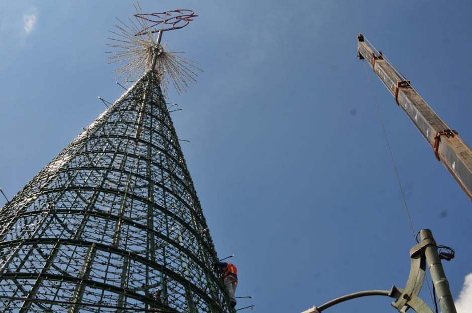 La estructura del árbol Gallo comienza a tomar forma y el ambiente navideño se hace presente (Foto: Alejandro Balán/Soy502)