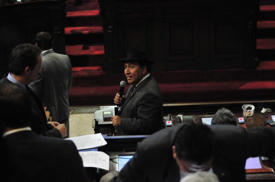El diputado de Winaq, Amílcar Pop, defendió la aprobación del polémico artículo que regula la tasa de interés anual, luego que otros legisladores lo reprobaran. (Foto: Alejandro Balán/Soy502)