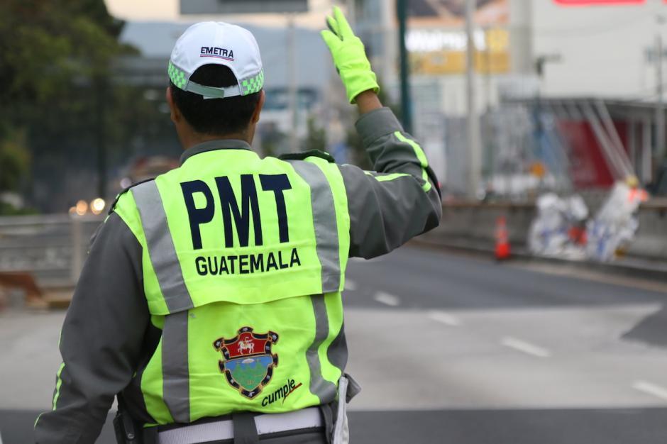 Los agentes regularon el tráfico en el lugar. (Foto: Alejandro Balán/Soy502)