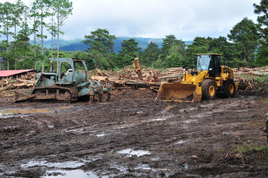 Maquinaria del Cuerpo de Ingenieros del Ejército de Guatemala remueve la tierra del terreno. (Foto: Alejandro Balan/Soy502)