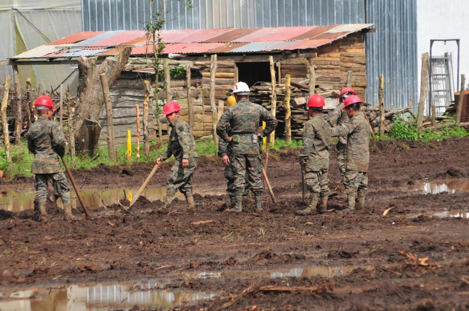 Soldados trabajan de lunes a domingo en el lugar, para honrar el compromiso que hizo el presidente Alejandro Maldonado Aguirre de entregar las viviendas en enero próximo. (Foto: Alejandro Balan/Soy502)