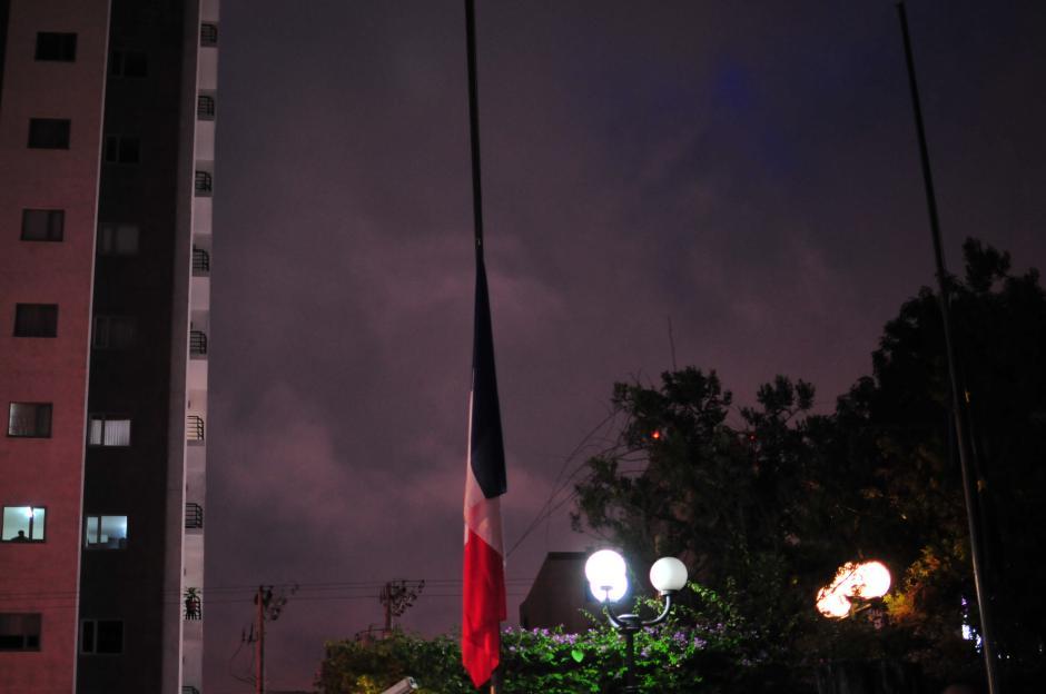 Las banderas de Francia y de la Unión Europea de la embajada francesa, fueron colocadas a media asta en señal de duelo. (Foto: Alejandro Balan/Soy502)