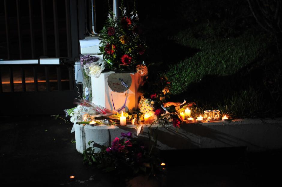 Las velas y flores fueron colocadas al pie de la bandera de Francia, la cual lucía a media asta. (Foto: Alejandro Balan/Soy502)