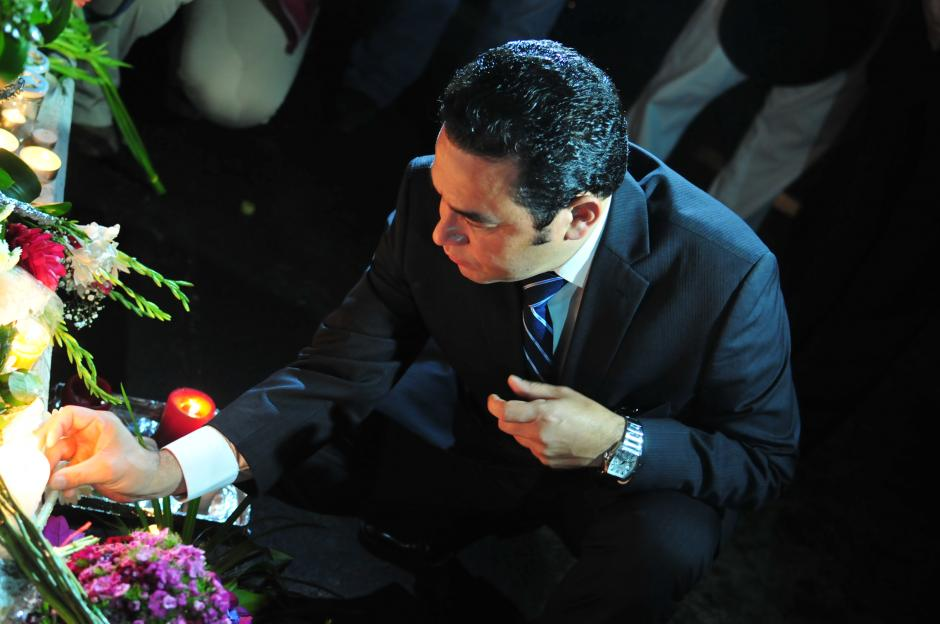El presidente electo Jimmy Morales, al momento de dejar una vela al pie de la bandera de Francia. (Foto: Alejandro Balan/Soy502)