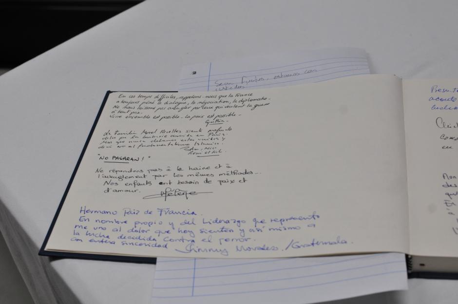 """Texto del presidente electo Jimmy Morales en el """"Libro de Condolencias"""" de la embajada de Francia en Guatemala. (Foto: Alejandro Balan/Soy502)"""