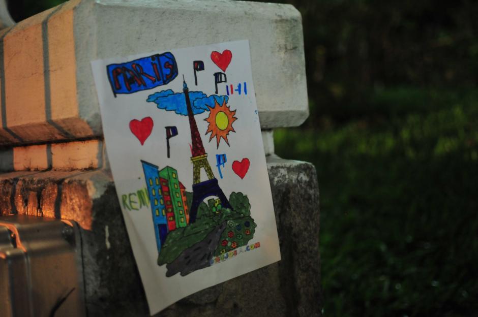 Ilustración llevada por uno de los niños asistentes al acto conmemorativo. (Foto: Alejandro Balan/Soy502)