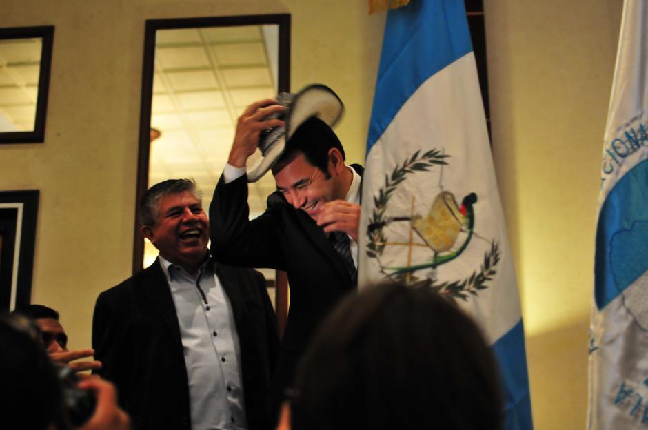 El presidente electo recibió de la mano de representantes de Santo Tomás La Unión, Suchitepéquez, un sombrero que no dudo en ponerse. (Foto: Alejandro Balán/Soy502)