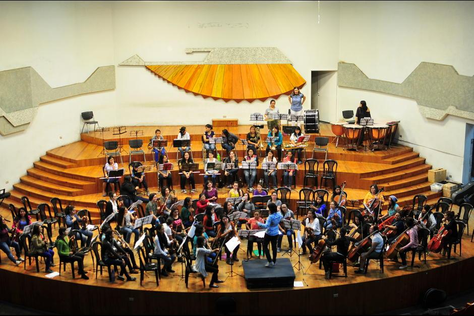 La orquesta femenina afina detalles con la Banda Marcial. (Foto: Archivo/Soy502)