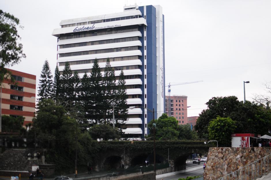 El edificio del Instituto Guatemalteco de Turismo se ubica al inicio de la calle Mateo Flores.  (Foto: Alejandro Balán/Soy502)