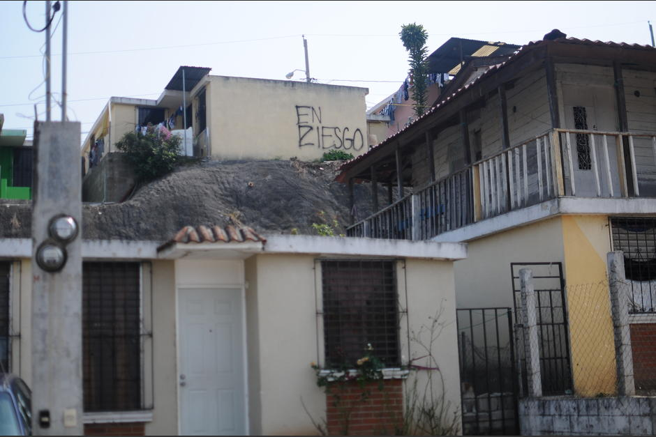 Los vecinos de la colonia viven con miedo de que todo se derrumbe. (Foto: Alejandro Balán/Soy502)