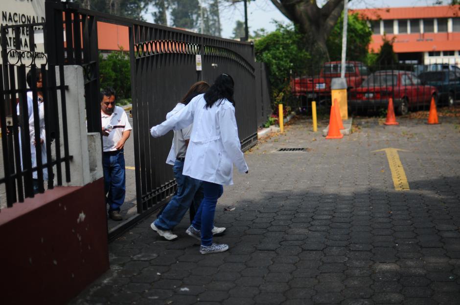 Grupos de médicos forenses y psicólogos atendieron a los familiares. (Foto: Alejandro Balán/Soy502)
