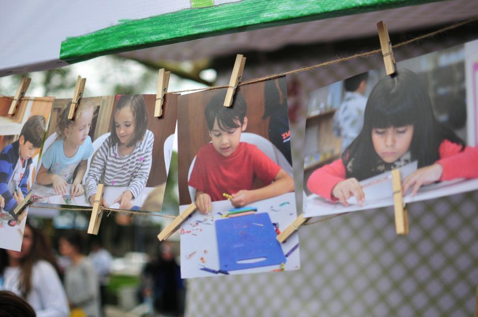 Los Stands estaban decorados con mucha creatividad, algunos mostraban fotografías de pequeños niños desarrollando manualidades las cuales estuvieron a la venta. (Foto: Alejandro Balán/Soy502)