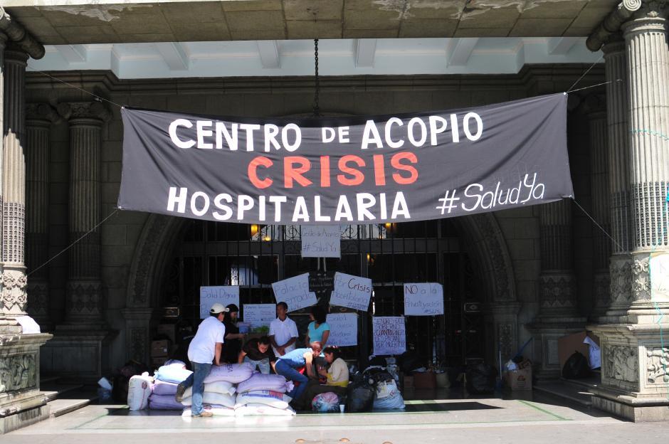 El centro de acopio fue instalado frente al Palacio Nacional de la Cultura. (Foto: Alejandro Balán/Soy502)