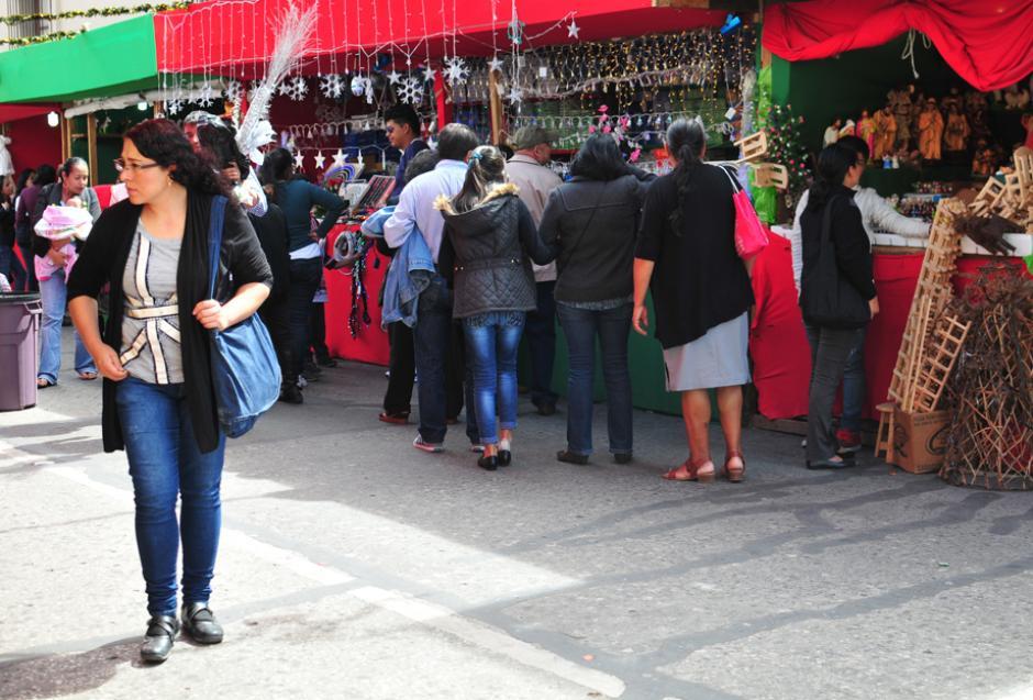 Las familias completas visitan los bazares navideños ya que en ellos se puede encontrar una variedad de comercios que ofrecen materiales de decoración, ropa, comida y mas. (Foto: Alejandro Balán/Soy502.)