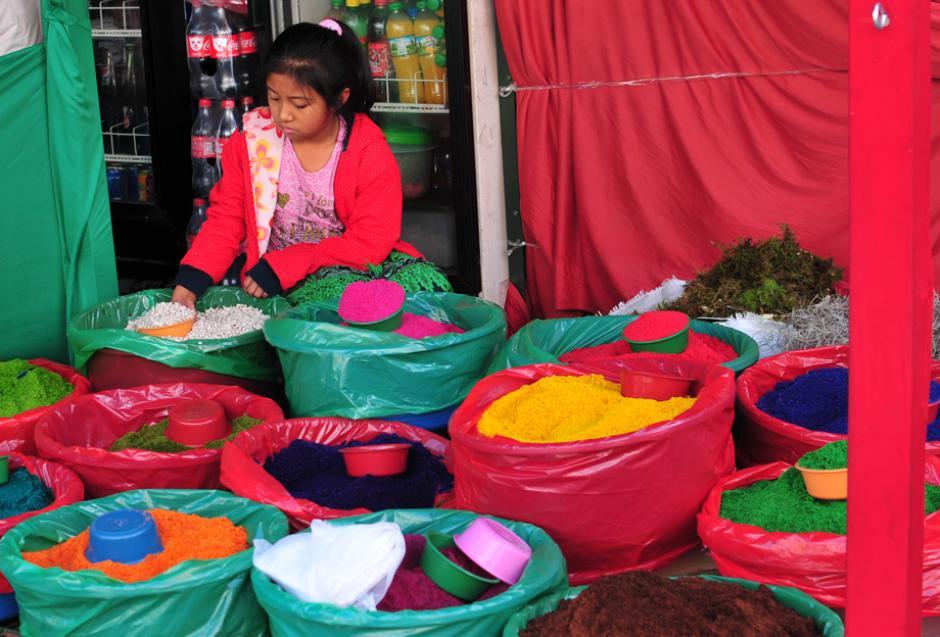 Niñas y niños colaboran con sus padres en la labor de venta dentro del bazar de la 6ta Calle y 7ma Avenida de la zona 1. (Foto: Alejandro Balán/Soy502.)