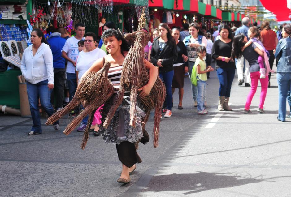 Visitantes aprovechan los precios de Bazar para comprar los adornos, los cuales dan un toque particular a las viviendas de los guatemaltecos este fin de año. (Foto: Alejandro Balán/Soy502.)