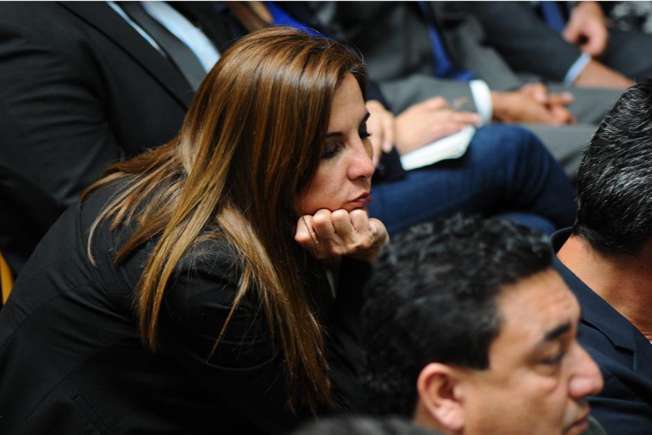 Una de las señaladas Ana Graciela López cierra los ojos por momentos, mientras el Juez Gálvez está hablando (Foto: Alejandro Balán /Soy502)